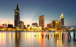Centre d'affaires de gratte-ciel en Ho Chi Minh City sur le Vietnam Saigon dans le coucher du soleil images stock