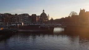 Centre d'Amsterdam de caméra de chariot avec le canal banque de vidéos