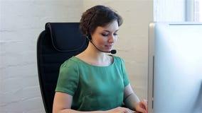 Centre d'appels d'opératrice de jeune femme banque de vidéos