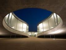 Centre d'apprentissage de Rolex à EPFL après coucher du soleil Photographie stock