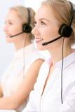 Centre d'attention téléphonique Foyer sur la belle femme blonde dans le casque Image libre de droits