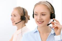 Centre d'attention téléphonique Foyer sur la belle femme blonde dans le casque Photos libres de droits