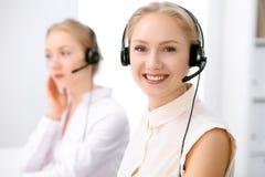 Centre d'attention téléphonique Foyer sur la belle femme blonde dans le casque Photographie stock libre de droits