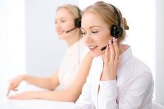 Centre d'attention téléphonique Foyer sur la belle femme blonde dans le casque Photos stock