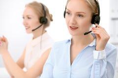 Centre d'attention téléphonique Foyer sur la belle femme blonde dans le casque Images libres de droits