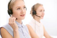 Centre d'attention téléphonique Foyer sur la belle femme blonde dans le casque Photographie stock