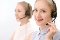 Centre d'attention téléphonique Foyer sur la belle femme blonde dans le casque Image stock