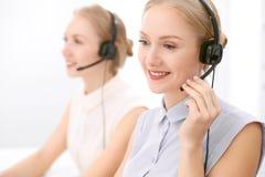 Centre d'attention téléphonique Foyer sur la belle femme blonde dans le casque Photo libre de droits