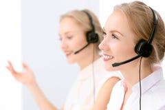 Centre d'attention téléphonique Foyer sur la belle femme blonde dans le casque Images stock