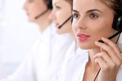 Centre d'attention téléphonique Foyer sur la belle femme dans le casque Photos libres de droits
