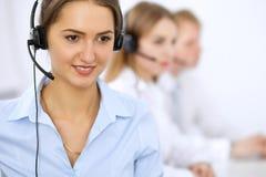 Centre d'attention téléphonique Foyer sur la belle femme dans le casque Image stock