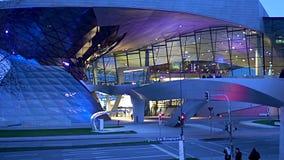 Centre d'exposition de trépointe de BMW à Munich, architecture moderne allemande au crépuscule banque de vidéos