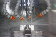 Centre d'usinage de commande numérique par ordinateur coupant le millin en métal industriel photographie stock
