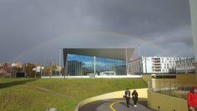 Centre de congrès d'Epfl avec l'arc-en-ciel images libres de droits