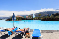 Centre de divertissement Lago Martianez avec des piscines avec de l'eau océanique Images libres de droits