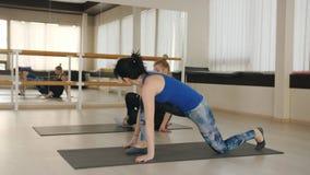Centre de fitness Deux femmes faisant des exercices de pilates de sports dans le gymnase banque de vidéos