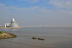 Centre de la Science du Macao avec le pont d'Amizade Photographie stock libre de droits