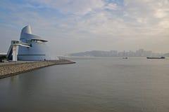 Centre de la Science du Macao avec le pont d'Amizade et l'île de Taipa Photographie stock libre de droits