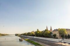Centre de la ville de Szeged, avec un point culminant sur la cathédrale de Szeged, vue dans la lumière pendant le coucher du sole Photo stock