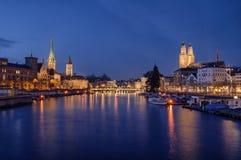 Centre de la ville de Zurich visualisé de la rivière par nuit Images libres de droits