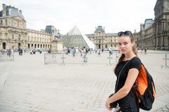 Centre de la ville guidé de place de Paris de promenade de touriste de fille Ville l'explorant de randonneur Support de femme dev photographie stock libre de droits