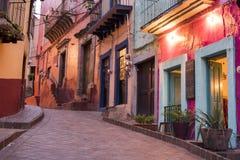 Centre de la ville historique de Guanajuato à la vue colorée de rue de nuit Photographie stock libre de droits