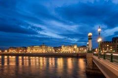 Centre de la ville de kultura de Donostia la nuit Photos stock