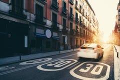 Centre de la ville de Madrid, vieille rue et bâtiments pendant le lever de soleil dedans Image stock