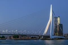 Centre de la ville de Rotterdam le soir Pont d'Erasmus au-dessus de la rivière la Meuse à Rotterdam Gratte-ciel sur le rivage La  image stock