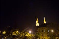 Centre de la ville de Szeged, avec un point culminant sur la cathédrale de Szeged, vue de la rivière de Tosza pendant la soirée e Photos stock