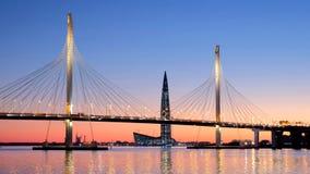 Centre de Lahta de gratte-ciel et diamètre ultra-rapide occidental câble-resté de pont St Petersburg Russie banque de vidéos