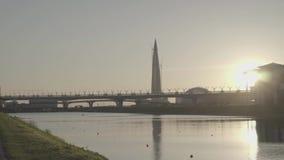 Centre de Lakhta de gratte-ciel, pont de route de diamètre d'ouest-vitesse, canal de Grebnoy banque de vidéos