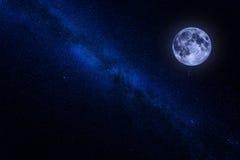 Centre de manière laiteuse avec la lune Image stock