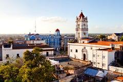 Centre de patrimoine mondial de l'UNESCO de Camagsuey d'en haut Vue de la plaza de los Trabajadores Silhouette d'homme se recroqu Photographie stock