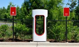 Centre de remplissage hybride de voiture électrique Photo stock