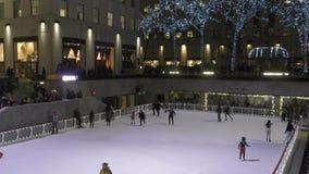 Centre de Rockefeller de piste de patinage de glace banque de vidéos