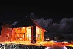 Centre de station thermale dans la nuit Image stock