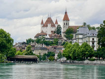 Centre de Thun avec l'église, le château et la passerelle couverte photographie stock libre de droits