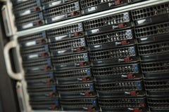Centre de traitement des données avec les unités de disque dur Image stock