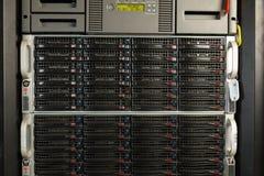Centre de traitement des données avec les unités de disque dur Photographie stock libre de droits