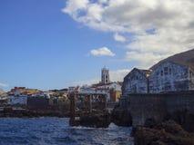 Centre de village de panorama de Garachico avec l'église de rocka de mer de SA images libres de droits