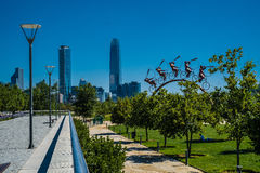Centre et horizon de Costanera à Santiago, au Chili avec le parc et MOIS Photographie stock libre de droits
