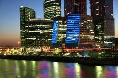 Centre international d'affaires de gratte-ciel (ville) Image stock