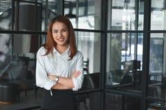 Centre mou de la femme d'affaires asiatique sûre se tenant dans le bureau Concept de femme d'affaires de chef Photos stock