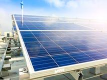 Centre mou des panneaux solaires ou des piles solaires sur le dessus de toit d'usine ou terrasse avec la lumière du soleil, indus Photos libres de droits