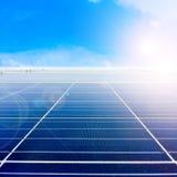 Centre mou des panneaux solaires ou des piles solaires sur le dessus de toit d'usine ou terrasse avec la lumière du soleil, indus Photo libre de droits