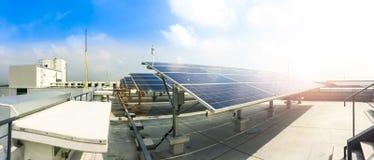 Centre mou des panneaux solaires ou des piles solaires sur le dessus de toit d'usine ou terrasse avec la lumière du soleil, indus Photo stock