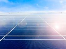 Centre mou des panneaux solaires ou des piles solaires sur le dessus de toit d'usine ou terrasse avec la lumière du soleil, indus Photos stock