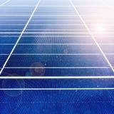 Centre mou des panneaux solaires ou des piles solaires sur le dessus de toit d'usine ou terrasse avec la lumière du soleil, indus Images libres de droits