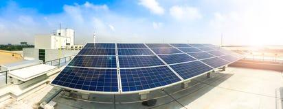 Centre mou des panneaux solaires ou des piles solaires sur le dessus de toit d'usine ou terrasse avec la lumière du soleil, indus Photographie stock